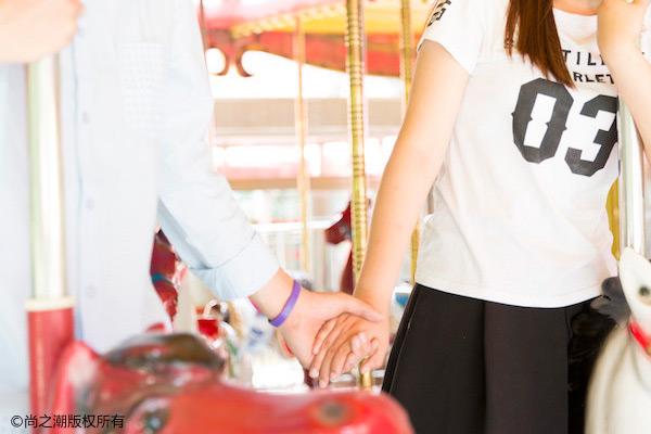 女朋友戒指戴哪个手的手指上,情侣戒指这样戴才不会有误会 情感 第1张