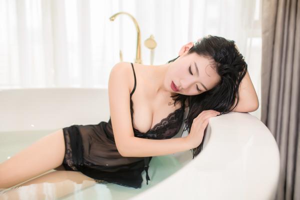 遇见潮女郎:吊带蕾丝浴室私房物语 时尚 第1张