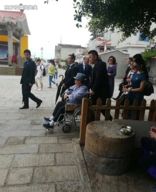 66岁洪金宝轮椅出行,谈与范冰冰的过往 娱乐 第1张
