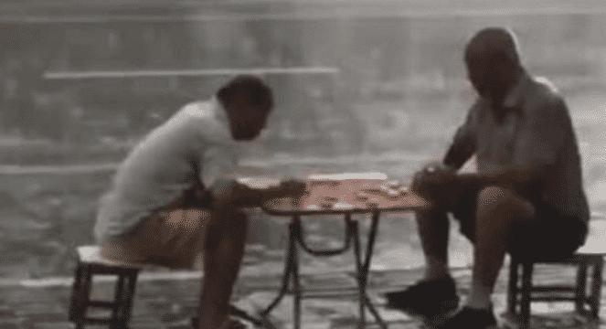 blob.png 俩大爷暴雨中下棋视频,大爷为何如此执着和泰然 社会