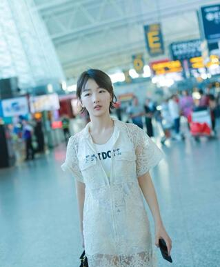 周冬雨自嘲平脸很百搭,百变妆容惊艳机场,街拍引领时尚潮流 时尚 第2张