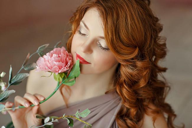 拥有真正爱情的女人都是什么样子 就连嘴角都飘溢着甘美微笑 爱情是什么?真正拥有爱情的女人都是什么样子 情感